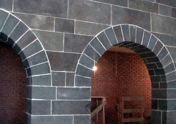 Арка отделанная каменной кладкой